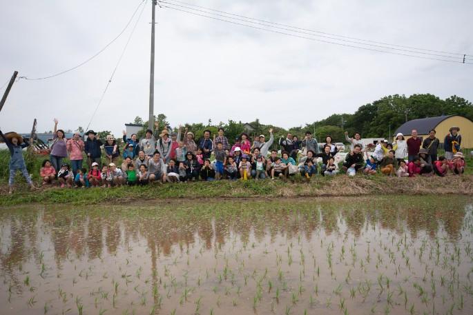 75人で田植えイベント開催